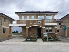 3 bedrooms 3 bathrooms with carport and balcony